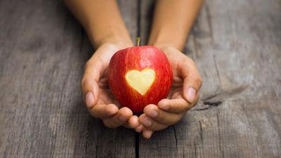 Apfel Herz in der Hand