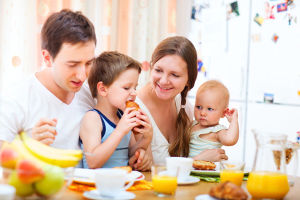 Familie beim Frühstück